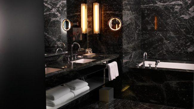 Имитация тёмного мрамора в дизайне ванной комнаты