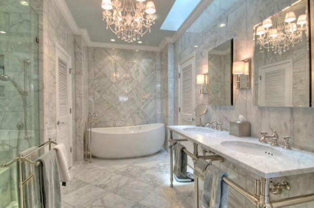 Светлая мраморная плитка в интерьере ванной