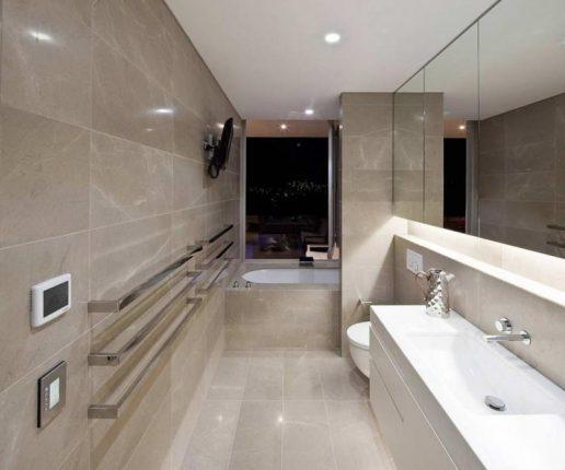 Современная ванная комната с отделкой плиткой под мрамор