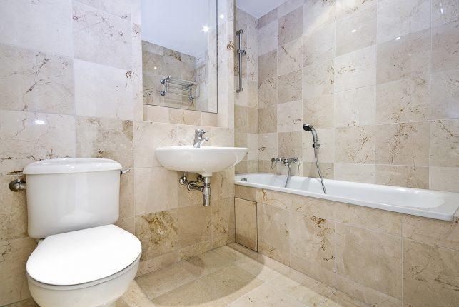 Фото ванной комнаты, оформленной плиткой, имитирующей мрамор