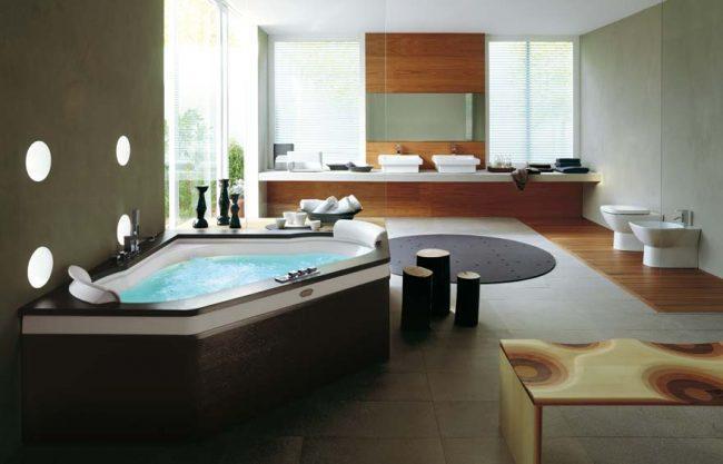 дизайн большой ванной комнаты с деревянной фактурой и холодным камнем