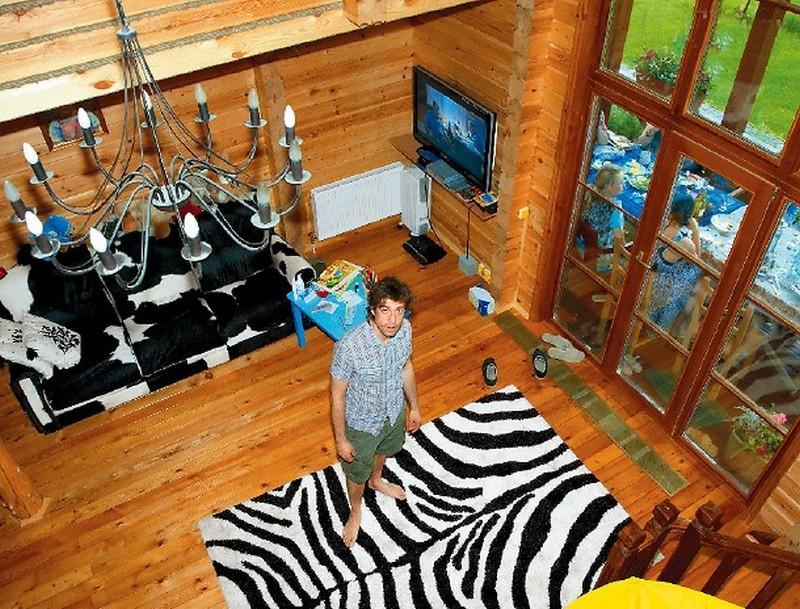 Загородный дом и столичная квартира лидера «Ногу свело!» Максима Покровского