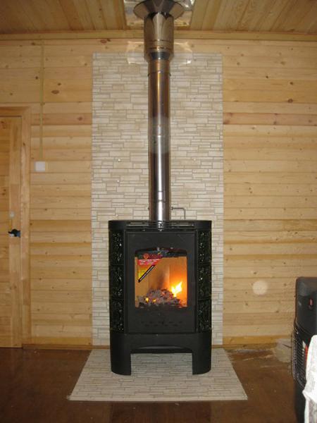 железная печь на деревянном полу