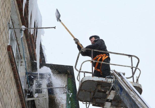 Сбив сосулек с крыши здания: эффективный способ