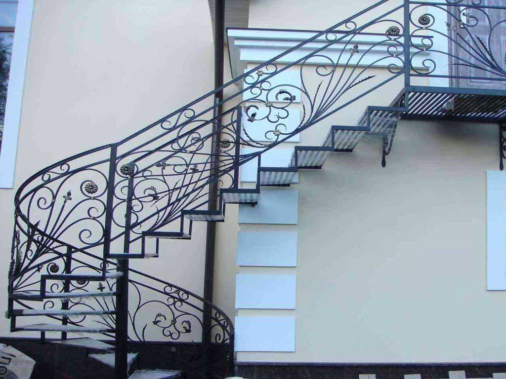 Наружная лестница для дома: какой она должна быть?